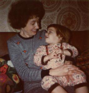 Judith als Kleinkind Lippenlesen mit Mutter